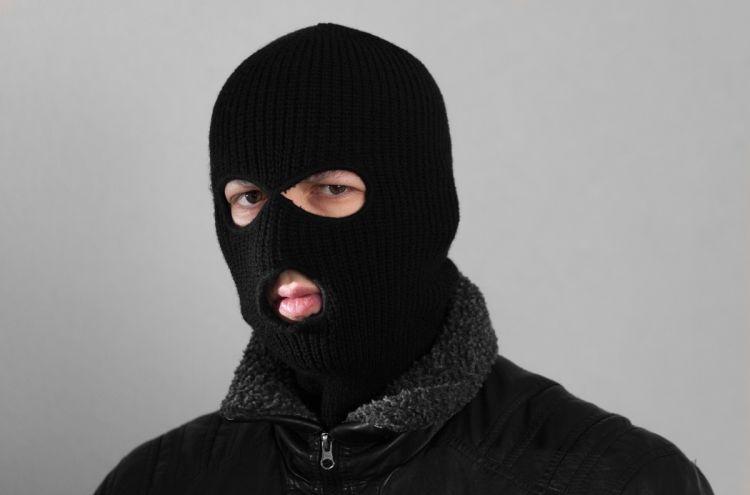 ВЧайковском мужчина, угрожая продавцу муляжом пистолета, ограбил магазин